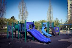Blaue Spielplatzgeräte-im Frühjahr Jahreszeit Lizenzfreies Stockfoto
