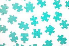 Blaue Stücke des Puzzlespiels auf weißem Hintergrund, Draufsicht lizenzfreies stockbild