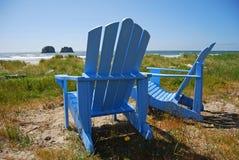 Blaue Stühle auf dem Strand Lizenzfreies Stockfoto