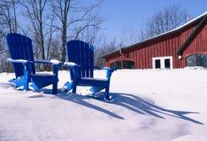 Blaue Stühle im Winter Lizenzfreie Stockfotos