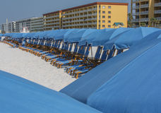 Blaue Stühle am Strand Lizenzfreies Stockfoto