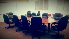 Blaue Stühle und hölzerne Tabelle Lizenzfreies Stockbild