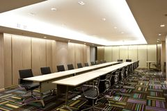 Blaue Stühle und hölzerne Tabelle stockfotos