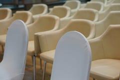 Blaue Stühle und hölzerne Tabelle lizenzfreie stockfotografie