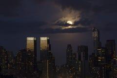 Blaue Stadt-Mitternachtsnacht beleuchtet w-/Fullmond lizenzfreies stockbild