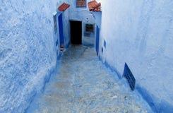 Blaue Stadtstraße, die unten geht Stockfotografie