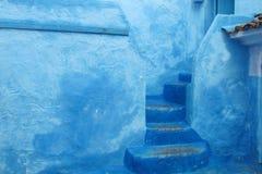 Blaue Stadttreppe und -wand Stockfotos