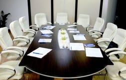 Blaue Stühle und hölzerne Tabelle Stockfoto