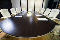 Blaue Stühle und hölzerne Tabelle Stockbilder