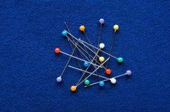 Blaue Stoffhintergrundgewebe- und -farbnadeln stockbilder