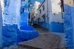 Blaue Straße innerhalb Medinas von Chefchaouen Lizenzfreie Stockfotos