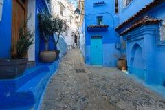 Blaue Straße innerhalb Medinas von Chefchaouen Stockbild