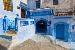Blaue Straße innerhalb Medinas von Chefchaouen Lizenzfreie Stockfotografie
