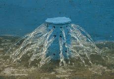 Blaue Strahldüse-Brunnennahaufnahme stockfoto