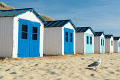 Blaue Strandhütten stockbilder