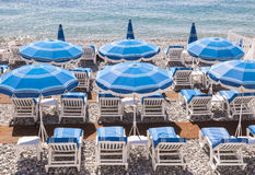 Blaue Strandschirme in Nizza Stockfotografie