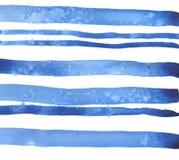 Blaue Streifen-Hintergrund Dekoratives Bild einer Flugwesenschwalbe ein Blatt Papier in seinem Schnabel lizenzfreie abbildung