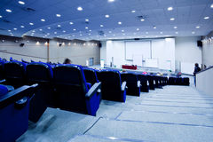 Blaue Stuhlreihen Stockfotografie