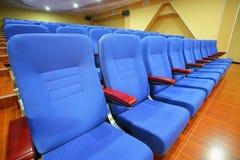 Blaue Stuhlsitze in einem Theater Lizenzfreie Stockfotografie