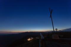 Blaue Stunde auf dem Gebirgshüttenkreuz lizenzfreie stockfotos