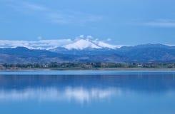 Blaue Stunde auf den Colorado-Bergspitzen lizenzfreie stockfotos
