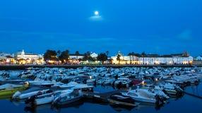 Blaue Stunde auf der Stadt von Faro und von seinem Hafen Stockbilder