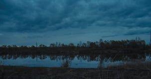 Blaue Stunde auf Fluss stock footage