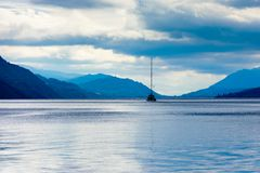 Blaue Stunde auf Loch Ness, Schottland Lizenzfreies Stockfoto
