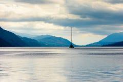 Blaue Stunde auf Loch Ness, Schottland Stockfotos