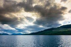 Blaue Stunde auf Loch Ness, Schottland Stockbild