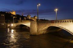 Blaue Stunde auf Pont Bonaparte im Lyon-Stadtzentrum Stockfotos