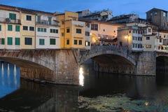 Blaue Stunde auf Ponte Vecchio Stockfoto