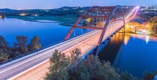360 blaue Stunde Austin, Texas, USA Pennybacker-Brücke stockfotos