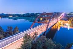 360 blaue Stunde Austin, Texas, USA Pennybacker-Brücke Stockfoto