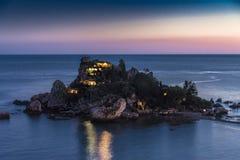 Blaue Stunde bei Isola Bella, Sizilien Stockfoto