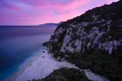 Blaue Stunde in Cala Fuili Lizenzfreie Stockfotos
