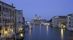 Blaue Stunde Canale groß, Ansicht von der Akademiebrücke lizenzfreies stockfoto
