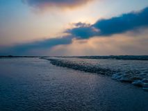 Blaue Stunde in dem Meer Wellen, die dem Ufer während des Sonnenaufgangs sich nähern stockfotos
