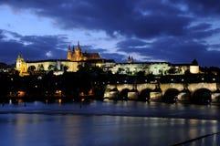 Blaue Stunde an der Charles-Brücke und am Prag-Schloss im Herbst Lizenzfreies Stockbild