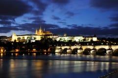 Blaue Stunde an der Charles-Brücke und am Schloss bei der Moldau Stockfotos