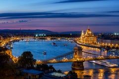 Blaue Stunde in der Stadt von Budapest stockbilder