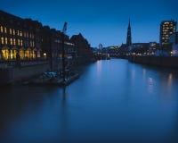 Blaue Stunde an einem Kanal in Hamburg lizenzfreie stockfotografie