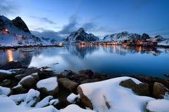 Blaue Stunde Hamnoy, Lofoten-Archipel in Norwegen in der Winterzeit stockfoto