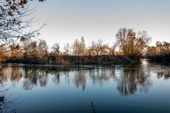 Blaue Stunde im Fluss Lizenzfreie Stockfotografie