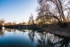 Blaue Stunde im Fluss Lizenzfreie Stockfotos
