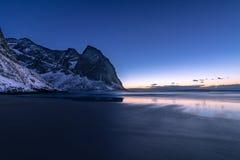 Blaue Stunde an Kvalvika-Strand im Winter auf den Lofoten-Inseln stockfoto