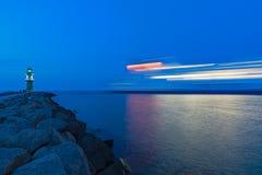 Blaue Stunde am Leuchtturm von Rostock-Warnemunde lizenzfreie stockfotos