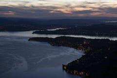 Blaue Stunde am Luzerner See mit Dorf Weggis und Meggen stockfoto