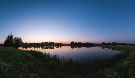 Blaue Stunde nahe dem See stockfoto