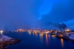 Blaue Stunde in Reine, Lofoten-Archipel, Norwegen in der Winterzeit, Wasserreflexion in Hamnoy stockfotografie